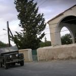 Ein Jeep fährt duch das Dorf Bagliköy
