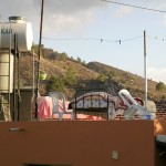 Betten auf einem Hausdach im Bergdörfchen Bagliköy